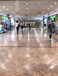 左にマツキヨさんがある道をまっすぐ歩きます。