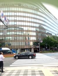 少し前に歩き右側の横断歩道を渡ります。